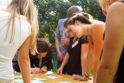 Foto: Alumni-Gruppe bei einem Workshop im Garten der Kreuzberger Kinderstiftung