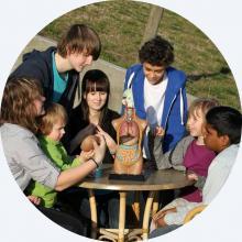 Kinder und Jugendliche beim gemeinsamen lernen